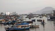 Fischerboote liegen in einem Hafen südlich von Perus Hauptstadt Lima (Aufnahme vom 10.März 2017).
