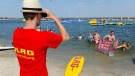 Ein Rettungsschwimmer überwacht im August 2015 die Nordseelagune in Butjadingen (Niedersachsen). An diesem Donnerstag hat die DLRG ihrer Ertrunkenen-Statistik vorgestellt.