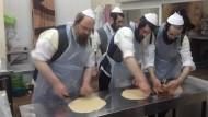 """""""Das ist keine Arbeit, das ist ein Privileg"""": Toldot Aharon in Jerusalem beim Mazzen-Backen vor dem Pessachfest."""