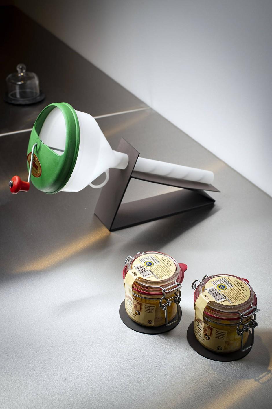 Aus Frankreich: Gänsestopfleber wird mit dem Stopfgerät ausgestellt, das zur Gänsemast in Frankreich verwendet wird.