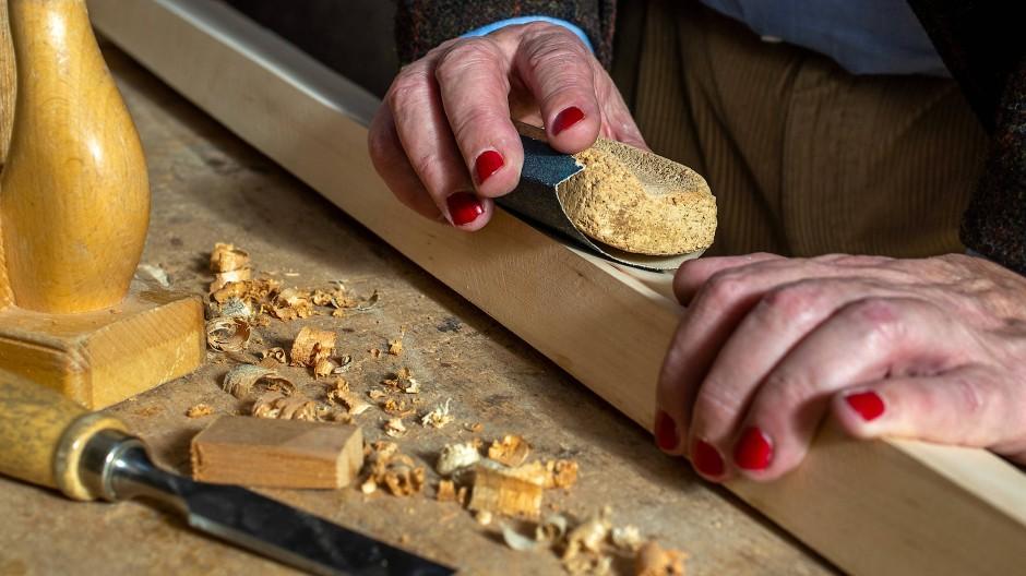Sieht auch bei der Holzarbeit gut aus: Biolack von Logona