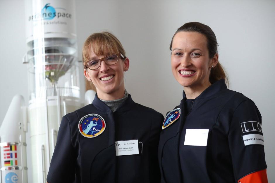 Insa Thiele-Eich (links) und Nicola Baumann am 19. April in Berlin bei der Bekanntgabe der Gewinnerinnen des Wettbewerbs.