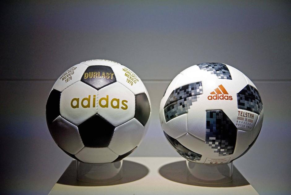 """Generationenfrage: Der aktuelle WM-Ball """"Telstar18"""" (rechts) mit seinem Vorfahr, dem """"Telstar"""" von der Weltmeisterschaft 1970 in Mexiko"""