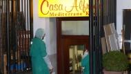 Ermittler der Hamburger Polizei stehen im November 2015 vor dem Restaurant, in dem die Leiche einbetoniert war. Ein halbes Jahr später hat der Prozess begonnen – der Angeklagte ist geständig.