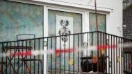 Blick auf das Haus in Georgensgmünd, in dem ein Angehöriger der Reichsbürger-Bewegung bei einer Razzia vier Polizisten angeschossen hat