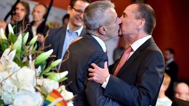 Erstes homosexuelles Paar in Berlin getraut