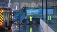 Müllauto überfährt sechs Passanten