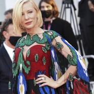 Was so schön glitzert, kann man ruhig mehrmals tragen: Cate Blanchett in Armani Privé bei der Abschlusszeremonie in Venedig