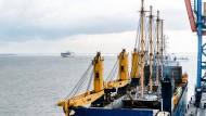 """Schiff auf dem Schiff: Die Viermastbark """"Peking"""" am Sonntag in Brunsbüttel an Bord des Transportschiffs """"Combi Dock III"""""""