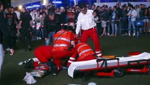 Akrobat stürzt bei Musikfestival aus großer Höhe in den Tod