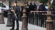 Nach dem Messerangriff in Paris: Ein Polizist vor dem Hauptquartier der Polizei