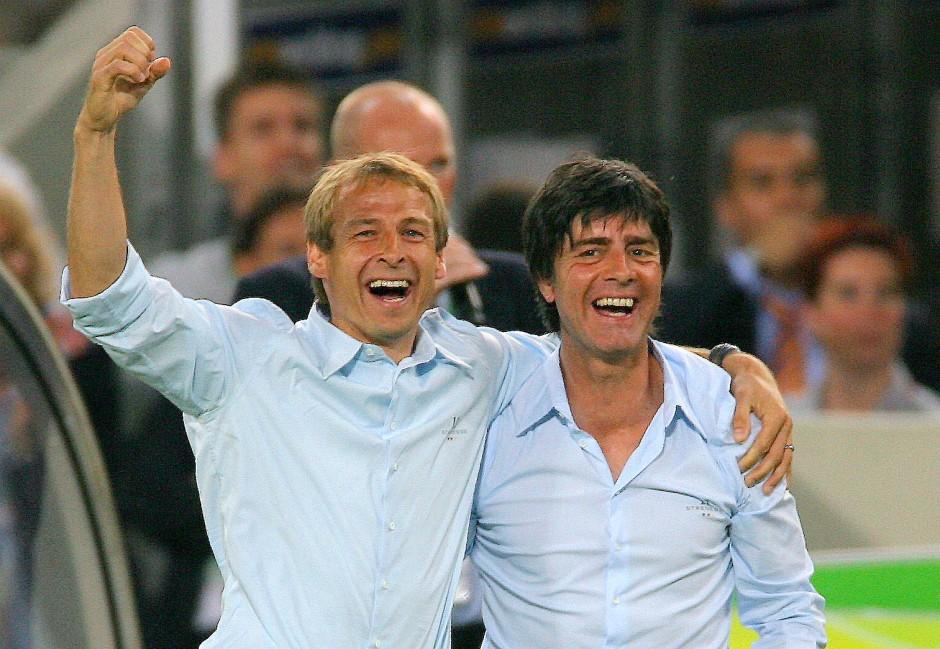 WM 2006: Trainer Jürgen Klinsmann und sein Co-Trainer Joachim Löw werden gefeiert.