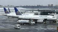 Kommt nicht aus den Negativ-Schlagzeilen heraus: United Airlines (Aufnahme einer Maschine auf dem LaGuardia Airport in New York).