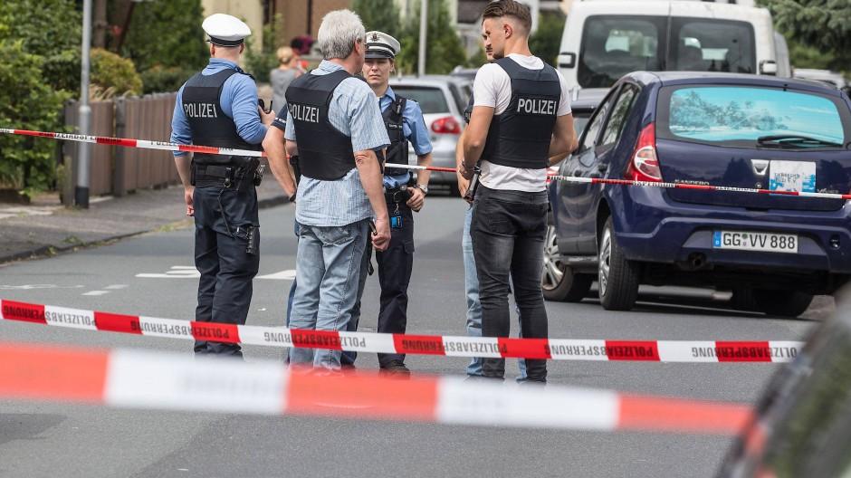 Polizisten ermitteln am Tatort im hessischen Mörfelden-Walldorf
