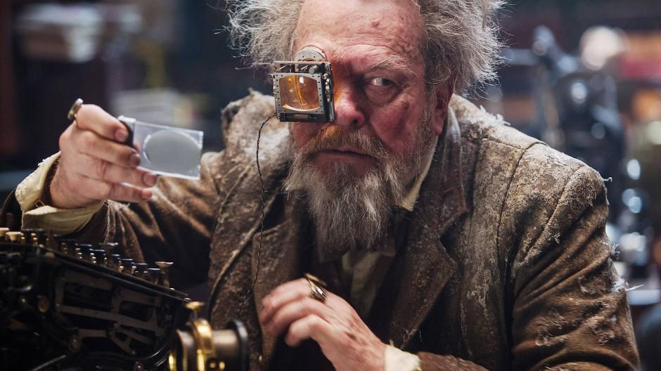 """Schaut als Schauspieler so irr aus dem jeweiligen Film heraus wie als Regisseur hinein: Terry Gilliam in der Science-Fiction-Groteske """"Jupiter Ascending"""""""