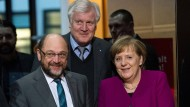 Endlich einig: Die Vorsitzenden von SPD, CSU und CSU Martin Schulz, Horst Seehofer und Angela Merkel (Aufnahme vom 2. Februar 2018 in der SPD-Parteizentrale in Berlin)