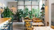"""Deko per Kleinanzeigen, Tische aus alten Eichenbalken: das """"Frea"""" in Berlin"""