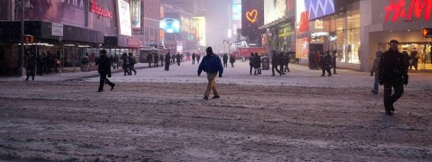 Der Schneesturm Juno kündigt sich auf dem New Yorker Times Square an: Passanten stapfen durch den Schneematsch.
