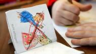 """""""Nicht schlagen"""": Ein Schulkind malt in der Schulklasse einer Grundschule (Archivbild). Tatsächlich werden Kinder immer seltener geschlagen und misshandelt, 2015 waren es aber immer noch 3900."""