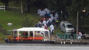 Angehörige gedenken der Opfer auf Utøya
