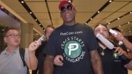 Dennis Rodman gab die ersten Pressestatements bei seiner Ankunft am Flughafen von Singapur