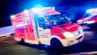Die Besatzung eines Rettungswagens entdeckte den brennenden Mann in Groß-Gerau. (Archivbild)