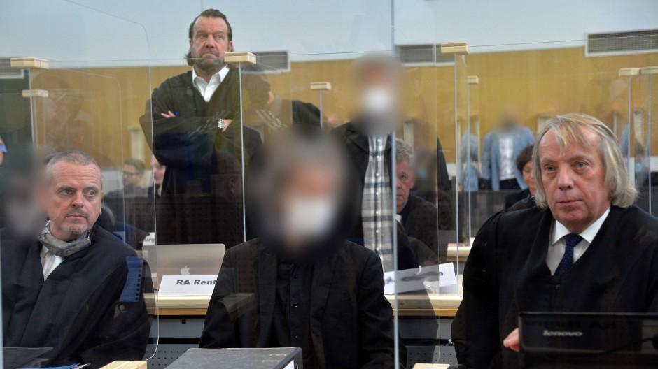 Der Hauptangeklagte (M) um ein illegales Rechenzentrum in einem ehemaligen Bundeswehr-Bunker in Traben-Trarbach sitzt beim Prozessauftakt in Trier zwischen seinen Rechtsanwälten.