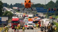 Einsatz mit Rettungshubschrauber: Ende Juni 2016 gab es einen schweren Unfall mit einem Lastwagen auf der A2 bei Hannover. Im Sommer häufen sich Auffahrunfälle an Stauenden.