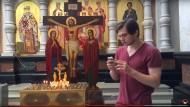 Screenshot eines Videos, das Vlogger Ruslan Sokolovsky beim Pokémon-Go-Spielen in der Kathedrale in Jekaterinburg zeigt