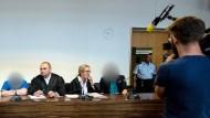 Keine Erklärung: Die Angeklagten Berrin T. und Christian L. mit ihren Anwälten am Dienstag im Landgericht Freiburg