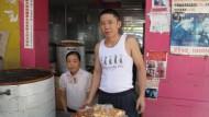 Im Laden der Eltern hängen Plakate, die ihren Sohn und den mutmaßlichen Entführer zeigen