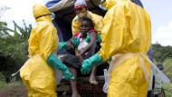 Guinea in schlechteren Zeiten: eine Ebola-Patientin wird im November 2014 in Guinea zu einem Behandlungszentrum gebracht.