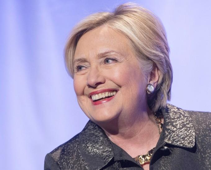 Um die ehemalige amerikanische Außenministerin und Präsidentschaftskandidatin Hillary Clinton ranken sich besonders viele Verschwörungstheorien. Mal soll sie ein Reptilienwesen sein, mal Mitglied eines Kinderpornografie-Rings.