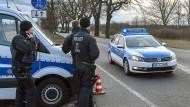 Polizeifahrzeuge sperren am 28. Februar die B87 zwischen Oegeln und Beeskow in Brandenburg ab, nachdem der 24-Jährige dort bei der Flucht zwei Polizisten überfahren und getötet hatte.