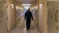 Ein Gefängnisflur in Rheinland-Pfalz. Für manche Straftäter ist eine lebenslange Sicherung passender als ein Gefängnisaufenthalt, findet Thomas Galli.