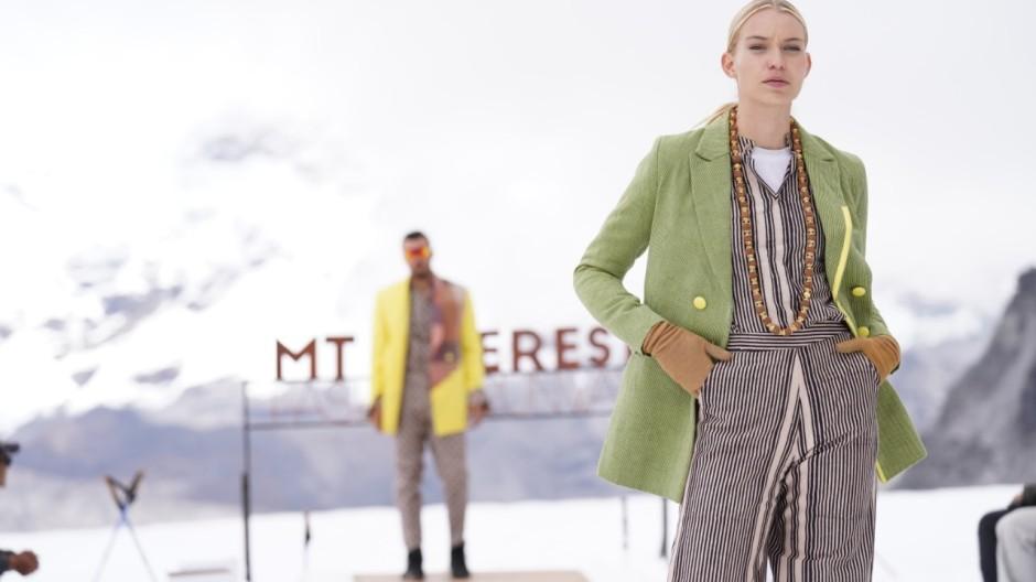 Nepal, Mount Cho Oyu: Das deutsch-lettische Model Luise Haße präsentiert eine Kreation des nepalesischen Modehauses Kasa.