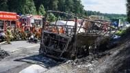 Das Wrack des verunfallten Reisebusses an der Unglücksstelle auf der A9 bei Münchberg
