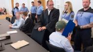Die beiden Täter (links und zweiter von rechts) sitzen am 5. September in einem Verhandlungssaal im Landgericht in Dresden. Das gefallene Urteil erkennen weder sie noch die Staatsanwaltschaft an.