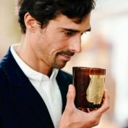 Ein Näschen für Raumdüfte: Julien Pruvost mit einer Kerze von Cire Trudon