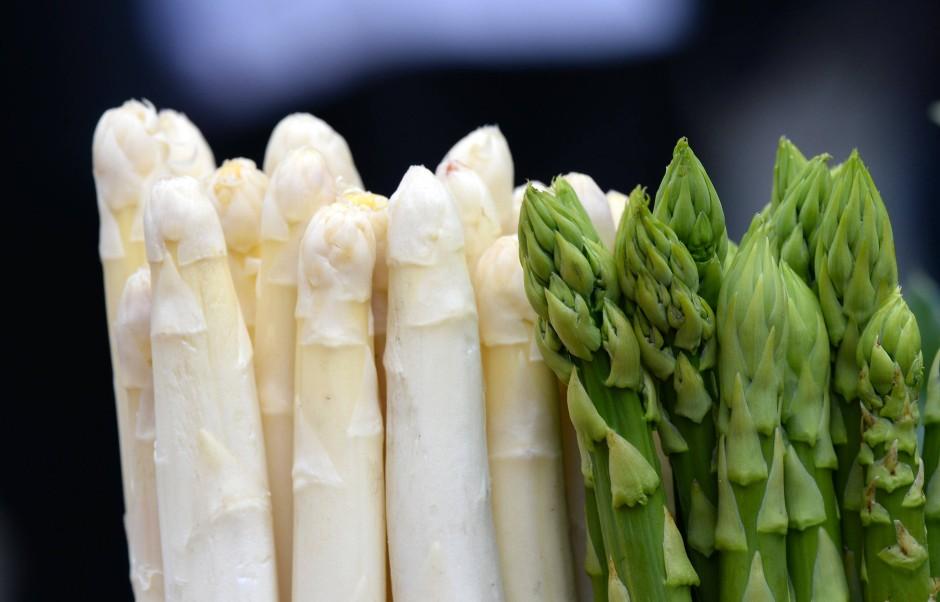 Der Spargel ist das Lieblingsgemüse der Deutschen. Er enthält viele Ballaststoffe und 93 Prozent.