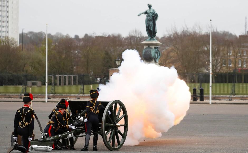 In London wurden Salutschüsse zu Ehren Prinz Philips abgefeuert.
