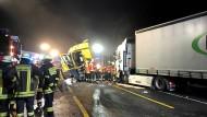 Feuerwehrleute am Donnerstag an dem Unfallort auf der Autobahn 3, an dem Gaffer mit Lösch-Wasser bespritzt wurden