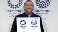 Der japanische Künstler Aso Tokolo am Montag mit den von ihm entworfenen Logos für die Olympischen und Paralympischen Spiele