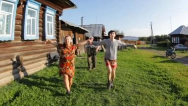 Tanzen durch die Provinz: Julja Starikowa als Wuchtbrumme Bonja und Michail Kusminych als ihr schlacksig-zappeliger Partner