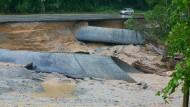 Eine von Wassermassen unterspülte Landstraße ist am 1. Juni in Simbach am Inn – Dammbrüche und  ein verstopftes Rohr haben die Flutkatastrophe mit ausgelöst.