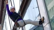 Der blinde Extremsportler Andy Holzer seilt sich in Hamburg von einem Hochhaus ab (Aufnahme von 2013). Jetzt hat er den Mount Everest bestiegen.