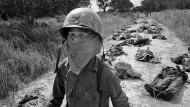 Das Grauen das Krieges: Auf einer Straße in der Nähe von Saigon liegen am 27. November 1965 die Leichen von amerikanischen und vietnamesischen Soldaten