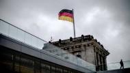 Dunkle Wolken hängen am Montag über dem Bundestag.