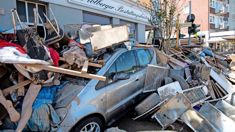 Bild der Zerstörung: Blick in eine  Stolberger Innenstadt-Straße kurz nach dem Hochwasser