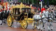 Damit darf nicht jeder fahren: Queen Elisabeth II. in der goldverzierten Kutsche (Archivbild)